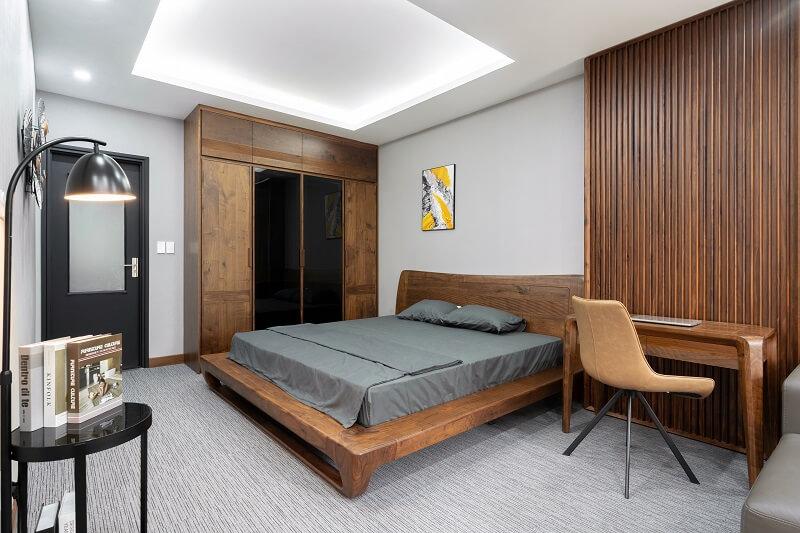 Một góc giường ngủ gỗ óc chó