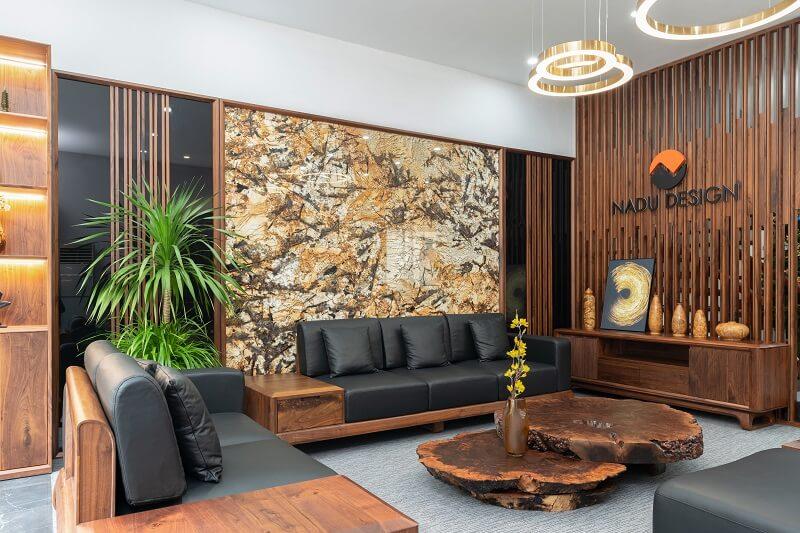Phòng khách biệt thự sang chảnh với nội thất từ gỗ óc chó