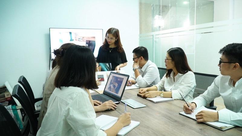 Chị Nhung họp bàn cùng đội ngũ KTS