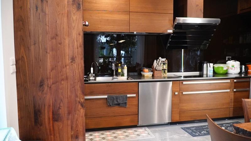 Thi công nội thất phòng bếp chung cư bằng gỗ óc chó