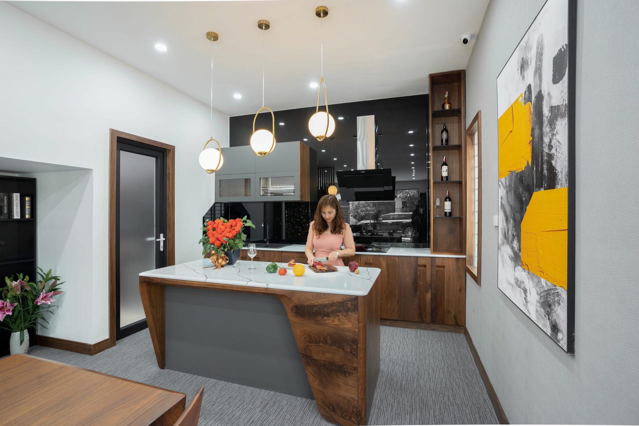 Một góc showroom nội thất gỗ óc chó NaDu Design
