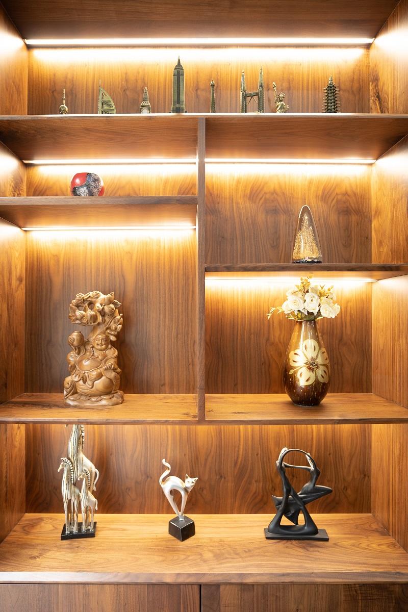 Tủ trang tí được thiết kế thành các kệ hở và gắn đèn để tạo vẻ đẹp độc đáo