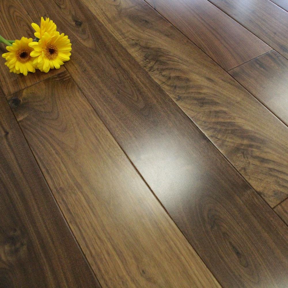 Dùng sàn gỗ óc chó, khỏi lo sàn nhà ướt nhẹp khi trời nồm ẩm